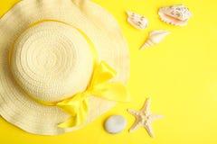 女性海滩帽子和贝壳 免版税图库摄影
