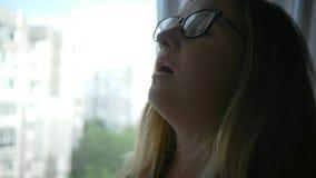 女性消沉到眼镜里在家在窗口附近 股票录像
