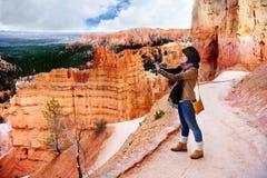 女性游人在布莱斯峡谷国家公园,犹他,美国 图库摄影