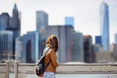 女性游人在纽约,美国享受与曼哈顿摩天大楼的全景 免版税库存照片