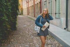 年轻女性游人迷路在老镇 免版税库存图片