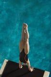 女性游泳者潜水到水池里 免版税库存照片