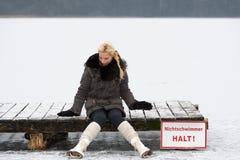 年轻女性溜冰者 免版税库存图片