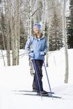 女性滑雪者倾斜 免版税库存图片