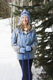 女性滑雪者倾斜 库存图片