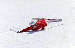 女性滑雪者在跌倒以后 免版税库存照片