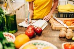 女性烹调在厨房的,生物食物 免版税库存照片