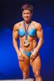 女性爱好健美者显示提出她体质的力量  图库摄影