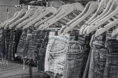 女性牛仔裤单音挂衣架街市 库存照片