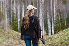 女性猎人在森林里 库存图片