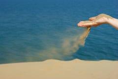 女性现有量沙子 库存图片