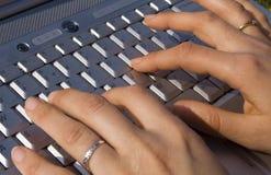女性现有量膝上型计算机键入 免版税库存图片