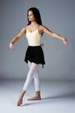女性现代舞蹈家 免版税图库摄影