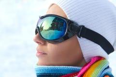女性玻璃滑雪滑雪者佩带 免版税库存照片