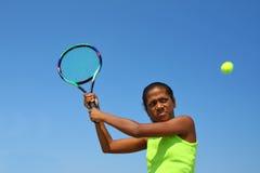 女性球员少年网球 免版税库存图片