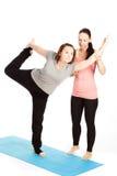 女性瑜伽老师提供援助 库存照片