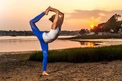 女性瑜伽舞蹈家姿势海滩 库存图片