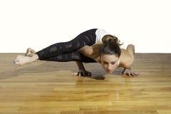 女性瑜伽Astavakrasana八角度姿势 免版税库存照片