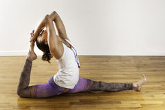 女性瑜伽Hanuman变异分裂姿势大腿舒展 免版税库存照片