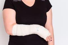 年轻女性用在塑象的断手 免版税图库摄影