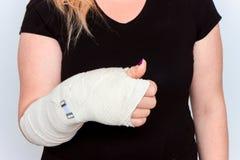 年轻女性用在塑象的断手 免版税库存照片