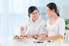女性用餐 免版税图库摄影