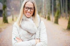 女性用戴眼镜的横渡的手 免版税库存照片