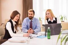 女性申请人照片在工作面试中的 免版税库存照片