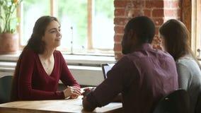 女性申请人谈话在与多种族hr经理的工作面试中 股票视频
