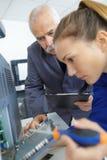 女性电工藏品螺丝刀和审查的装置 免版税图库摄影