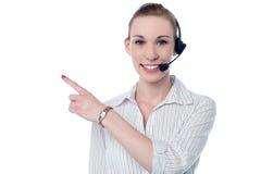 女性电话中心行政佩带的耳机 免版税库存图片