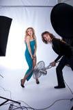 女性男塑造摄影工作室 免版税库存图片