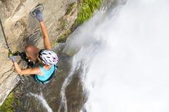 女性登山人 免版税库存图片