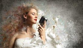 女性白肤金发的歌唱家 免版税库存照片