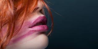 女性的性感的充分的嘴唇有被弄脏的唇膏的 免版税库存照片