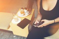 女性的特写镜头图象由用途手机键入在网络闲谈的正文消息 免版税图库摄影