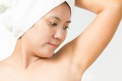 女性看在她的腋窝 库存照片