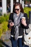 女性看的电话 库存图片