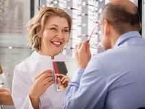 女性眼科医生在光学商店 免版税库存照片