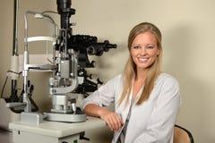 女性眼科医生在办公室 免版税库存照片