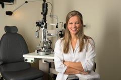 年轻女性眼科医生微笑 库存图片