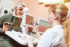女性眼科医生或验光师在工作 免版税库存照片