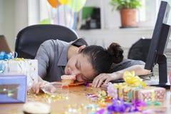 女性睡着在党以后在办公室 库存照片