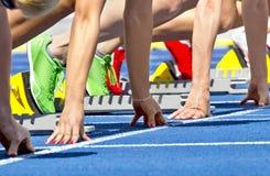 女性短跑选手起始时间 免版税库存照片