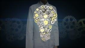女性研究员,设计触摸屏,大齿轮被会集的想法电灯泡形状动画 皇族释放例证