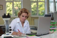 女性研究员 免版税图库摄影