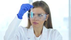 女性研究科学家,看在试管的医生蓝色解答在la 影视素材