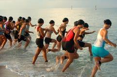女性种族st游泳triathalon 免版税库存照片