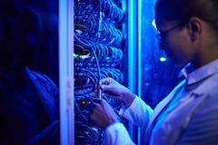 女性科学家与巨型计算机一起使用 库存图片