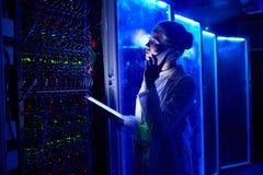 女性科学家在未来派实验室 库存照片